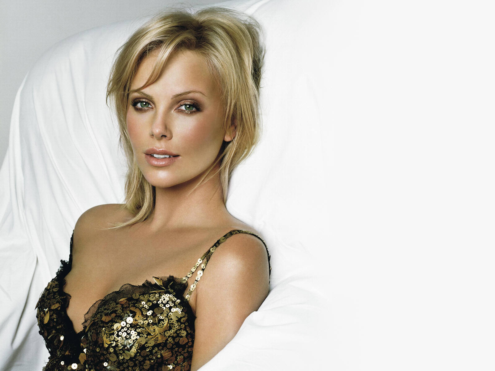 Charlize Theron - Gallery Photo